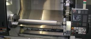 Welle mit 2 Meter Länge auf einer CNC-Drehmaschine
