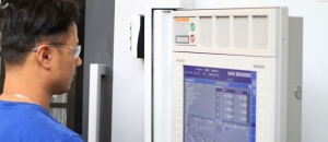 Mitarbeiter führt Korrekturen und Optimierungen an einer CNC Steuerung aus.
