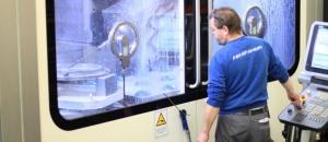 Polymechaniker bearbeitet ein Gussteil auf einer CNC Fräsmaschine.