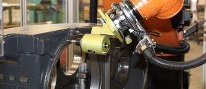 Entgratung von Guss Getriebegehäusen mit einem Kuka Roboter.