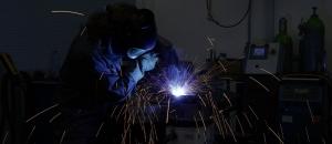 Mitarbeiter schweisst Bauteile zusammen