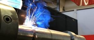 Schweissen einer Stahlwelle mit dem Roboter