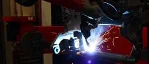 Roboter schweisst Bauteil für ein Drehgestell aus der Schienenfahrzeugindustrie