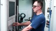 Polymechaniker führt Arbeiten an einem CNC Bearbeitungszentrum aus.