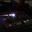 Roboter schweisst Bauteil für den Maschinenbau